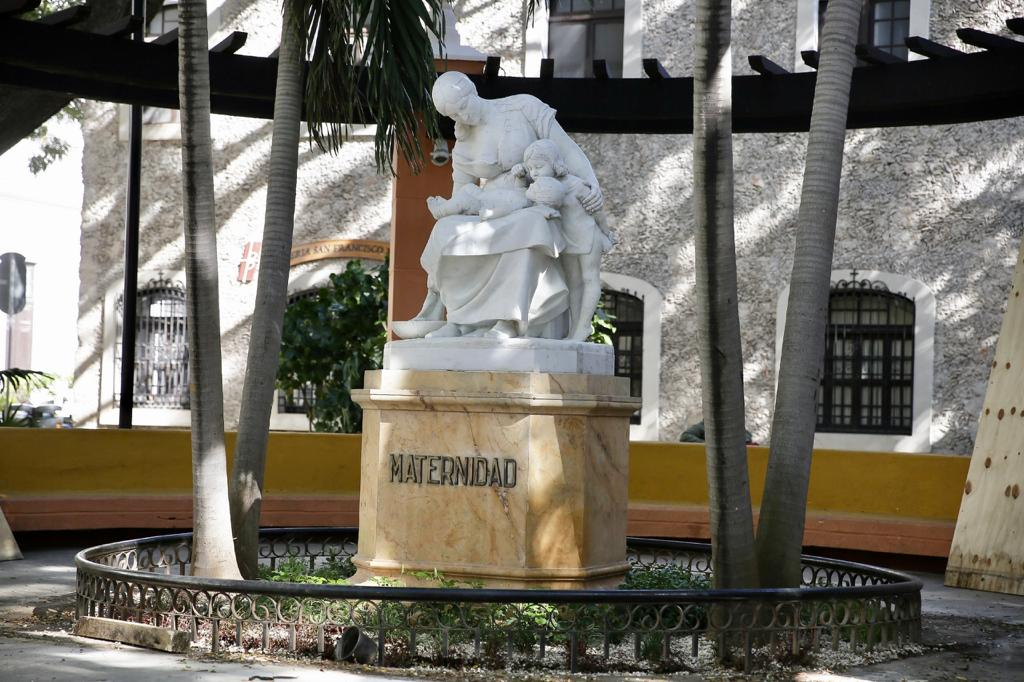 Regresa al paisaje urbano Monumento a la Madre