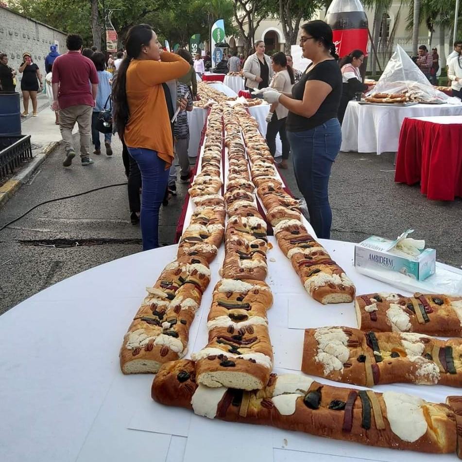 Degustan rosca de 2.5 kilómetros en Mérida